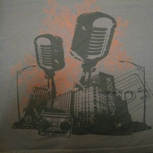 XL Gildan T-shirt with cool microphone graphic